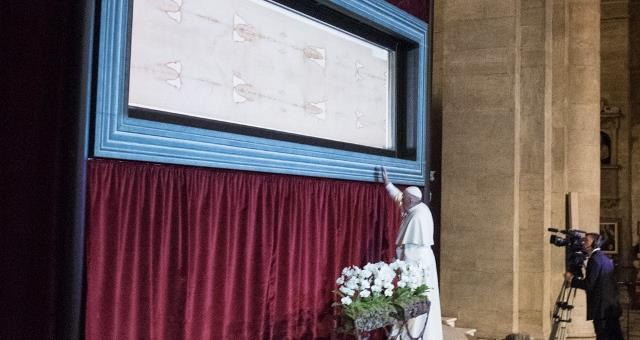 Pope Francis stops in meditation in front of the Shroud in Turin cathedral ©Renzo Bussio